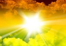 Солнечный и облачное небо Стоковые Фото