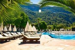 Солнечный курорт гостиницы с голубым бассейном Стоковое Изображение