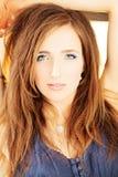 Солнечный портрет женщины моды с вьющиеся волосы Стоковые Изображения RF