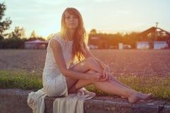 Солнечный портрет outdoors красивого детеныша Стоковая Фотография RF