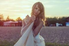 Солнечный портрет outdoors красивого детеныша Стоковое Фото