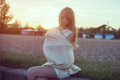 Солнечный портрет outdoors красивого детеныша Стоковая Фотография