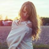 Солнечный портрет outdoors красивого детеныша Стоковое Изображение RF