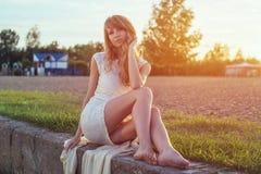 Солнечный портрет outdoors красивого детеныша Стоковые Фотографии RF