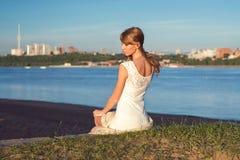 Солнечный портрет outdoors очаровательной романтичной девушки Стоковые Изображения RF