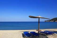 Солнечный пляж с плетеным зонтиком Стоковая Фотография RF