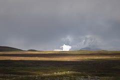 Солнечный свет давая золотой цвет к осени покрасил ландшафт при ледник предусматриванный в тумане и облаках Стоковая Фотография RF