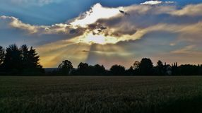 Солнечный свет выходить облака Стоковые Изображения