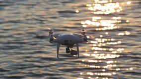 Солнечный свет искры летания трутня на море видеоматериал
