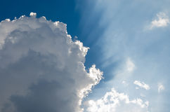 Солнечный свет светя через облако Стоковая Фотография RF