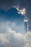 Солнечный свет светя через облако Стоковые Фотографии RF