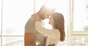 Солнечный свет утра окна молодой квартиры пар смешанной гонки большой, милый счастливый испанский человек и азиатский обнимать же сток-видео