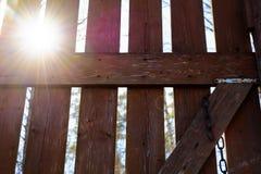 Солнечный свет через деревянный строб Стоковые Изображения RF