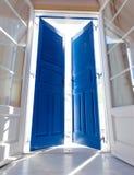 Солнечный свет через открыть дверь стоковое изображение