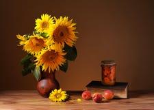 Солнцецветы в керамической вазе и книгах Стоковая Фотография