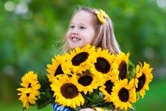 солнцецветы девушки маленькие стоковые фото