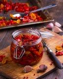 Солнце высушило томаты с оливковым маслом в опарнике Стоковые Изображения