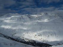 Солнце в снежной горной области Стоковая Фотография