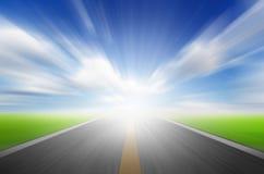 Солнце, голубое небо и дорога с движением голубым Стоковая Фотография RF