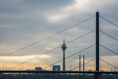 Солнце за городским пейзажем ландшафта Stadttor мостов башни ТВ sseldorf ¼ overcast DÃ облаков Стоковое Фото