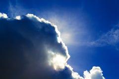 Солнце за темным бурным облаком Солнце на облачном небе в после полудня Стоковое фото RF