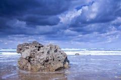 Солнце и облака на побережье стоковое изображение rf