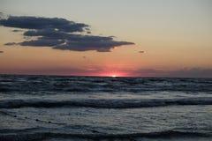 Солнце на горизонте Стоковое Изображение