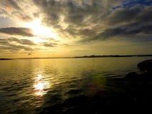 Солнце на заходе солнца над морем в Хорватии Sibenik 02 2017 Стоковое Изображение RF
