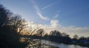 Солнце около воды Стоковые Изображения
