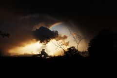 Солнце освещая вверх по облакам Стоковые Изображения RF