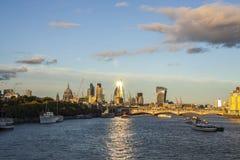 Солнце отражает от небоскребов в Лондоне стоковое фото