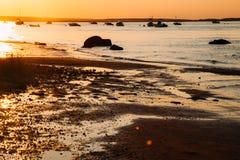 Солнце отразило дальше к пляжу на заходе солнца стоковые изображения