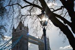 Солнце поглотило в уличном фонаре на мосте башни стоковые фотографии rf