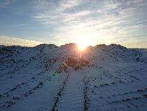 Солнце поднимает между верхними частями горы Стоковые Фото