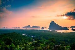 Солнце поднимает на зоре Стоковые Изображения