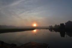 Солнце поднимая и отражая в водах океана Duxbury Massach Стоковые Изображения RF
