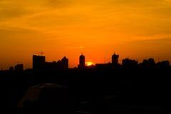 Солнце поднимая над городом ig стоковая фотография rf
