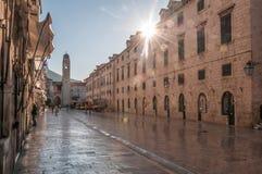 Солнце поднимая от за улиц Дубровника на тихом m стоковые фотографии rf