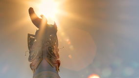 Солнце пропуская над казахом Eli памятника стелы с timelapse Samruk птицы сток-видео