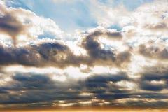 Солнце разрывая через облака Стоковые Фото