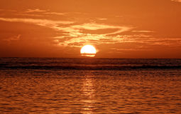 Солнце реюньона острова моря восхода солнца стоковая фотография