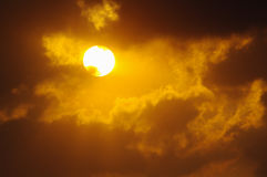 Солнце светя в облачном небе Стоковая Фотография RF