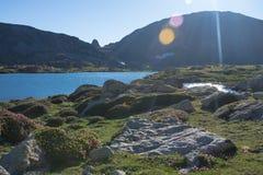 Солнце светя на озере горы в Пиренеи Стоковые Фото