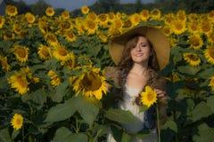 Солнце, солнцецветы, и милая улыбка стоковые изображения