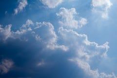 Солнце с солнечными лучами в красивом облачном небе голубые облака покрыли белизну неба Стоковые Фотографии RF