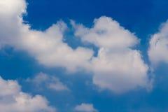 Солнце с солнечными лучами в красивом облачном небе голубые облака покрыли белизну неба Стоковая Фотография
