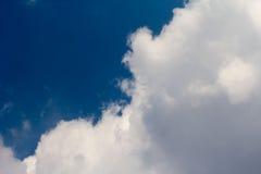 Солнце с солнечными лучами в красивом облачном небе голубые облака покрыли белизну неба Стоковые Изображения