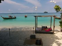 солнце Таиланд остальных дня купая пляжа Стоковое фото RF