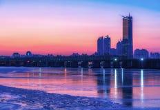 Солнце устанавливает за небоскребами реки Hangung в Сеуле, Стоковое Изображение RF