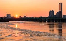 Солнце устанавливает за небоскребами реки Hangung в seou Стоковые Фото